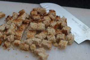 LivingBBQ Fruchtiger Feldsalat mit Mango GrillbeilageCoutons schneiden