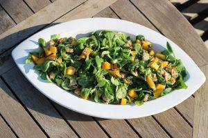 LivingBBQ Fruchtiger Feldsalat mit Mango GrillbeilageSalat angerichtet