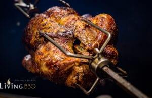 knusprige Ente von der Rotisserie auf dem Grillac