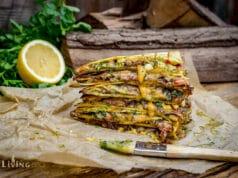 Auf dem Tisch angerichtet Quesadillas