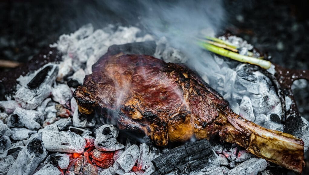 Caveman Steak in der Glut