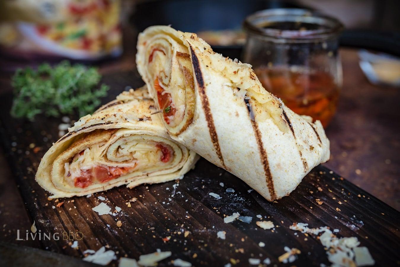 Frühstücks Burrito mit Omlett und Cheddar