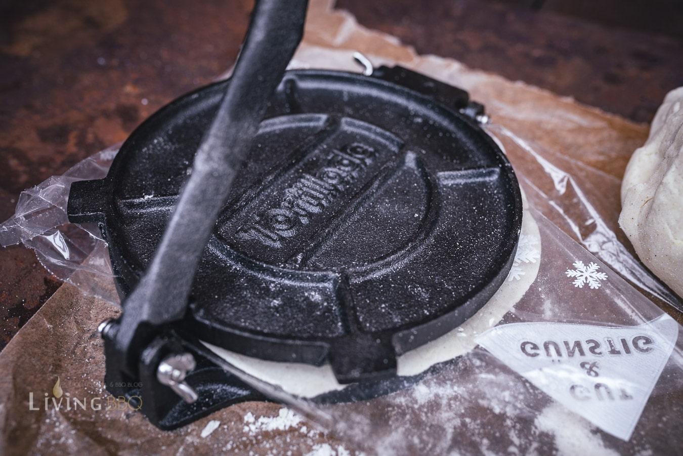 Maistortillas pressen in der Tortillaspresse