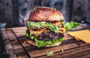 Burger mit Bacon-Guacamole