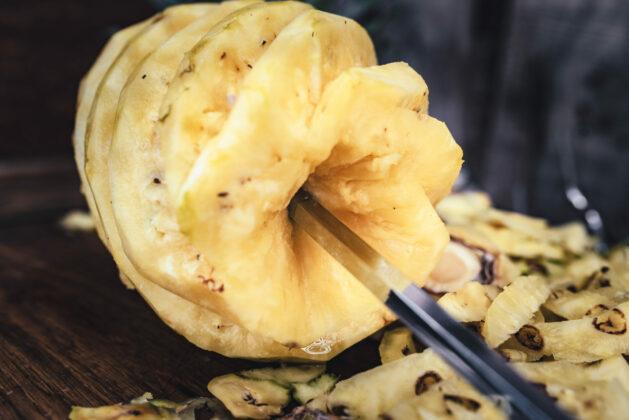 Ananas mit Drehspieß zubereiten