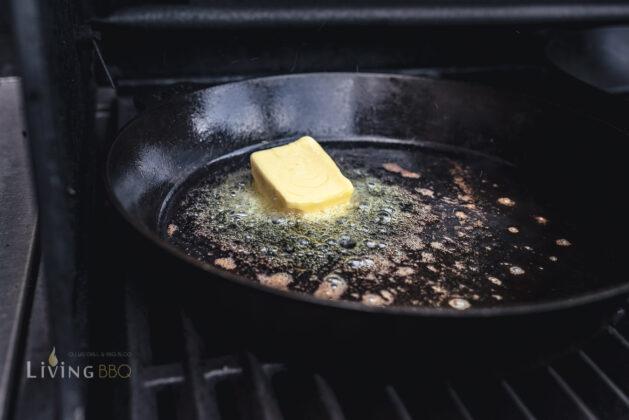 Butter in Gusspfanne erhitzen