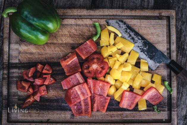 Paprika in Stücke schneiden