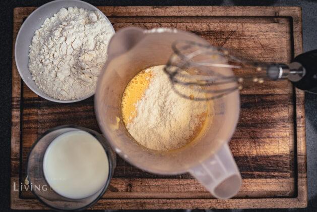 Mehl und Milch unterziehen