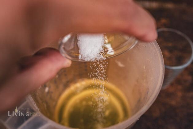 Eiweiß mit einer Prise Salz würzen